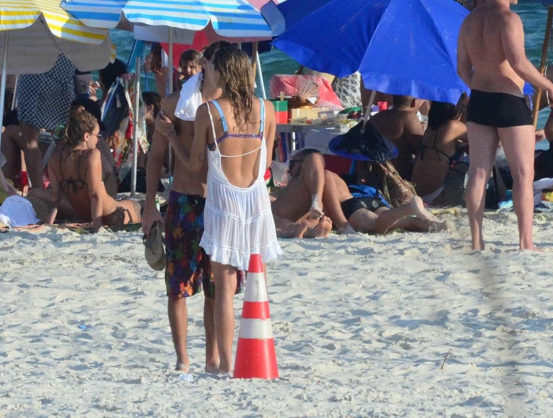 Em férias no Brasil, Sasha curte praia com o namorado; veja fotos