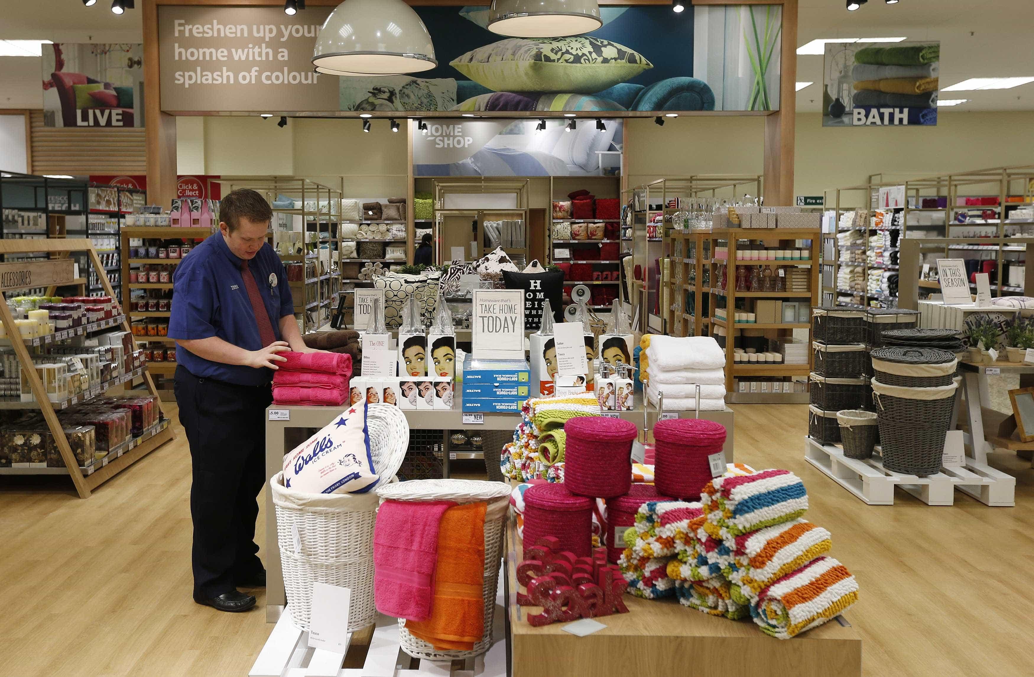 Vendas no comércio recuam 0,6% em maio, diz IBGE
