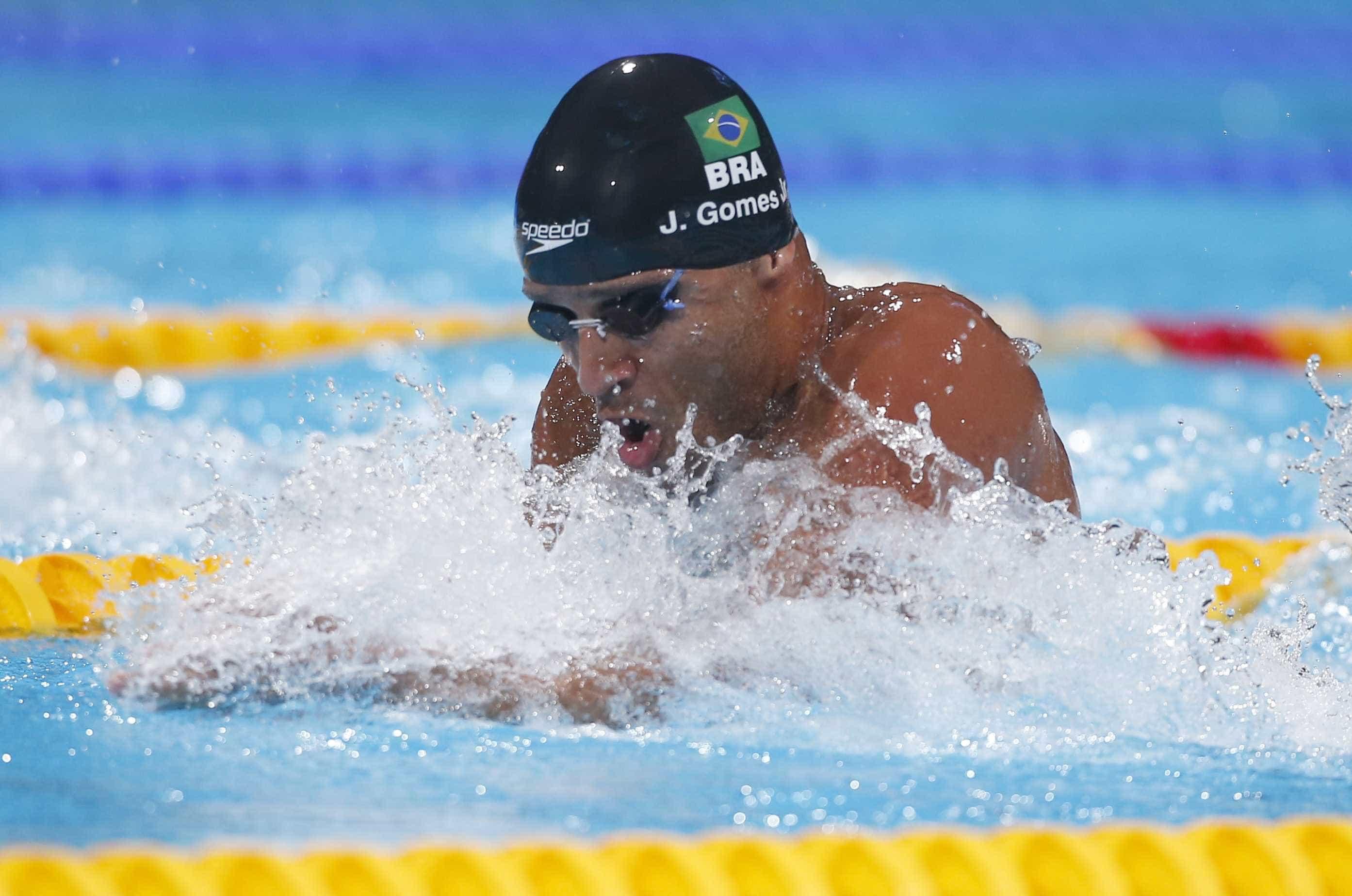 Nadador de 26 anos morre após se sentir mal durante treino