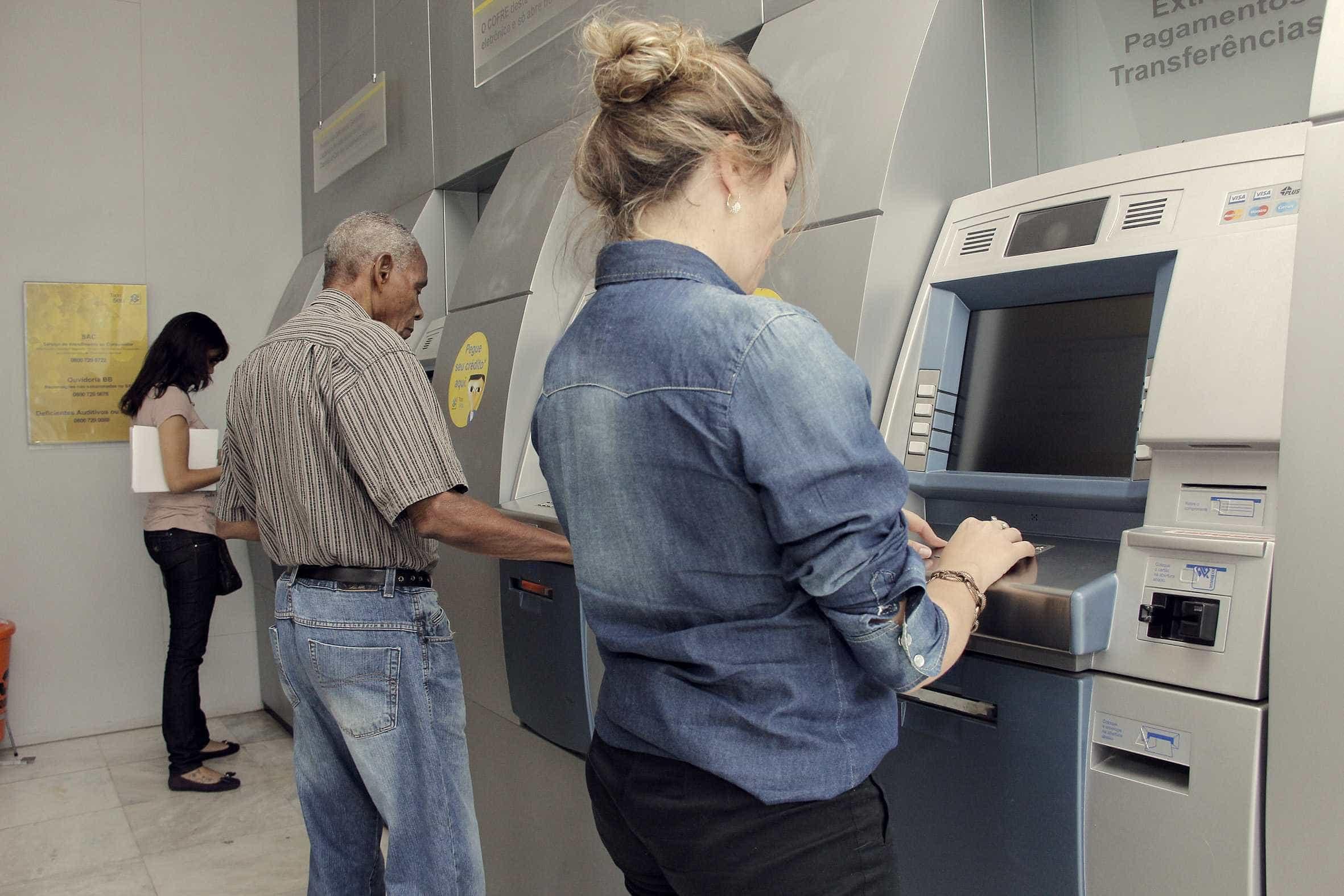 Saques do PIS/Pasep podem injetar até R$ 10,3 bi no comércio, diz CNC