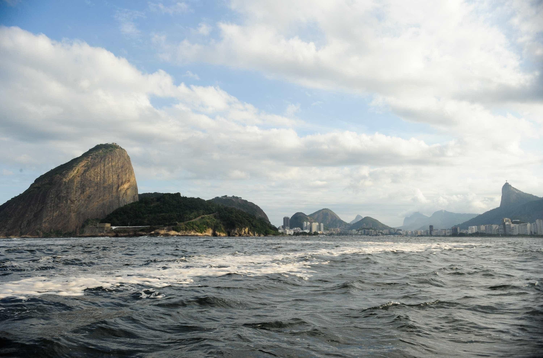 Um bilhão de litros de chorume são despejados na Baía de Guanabara