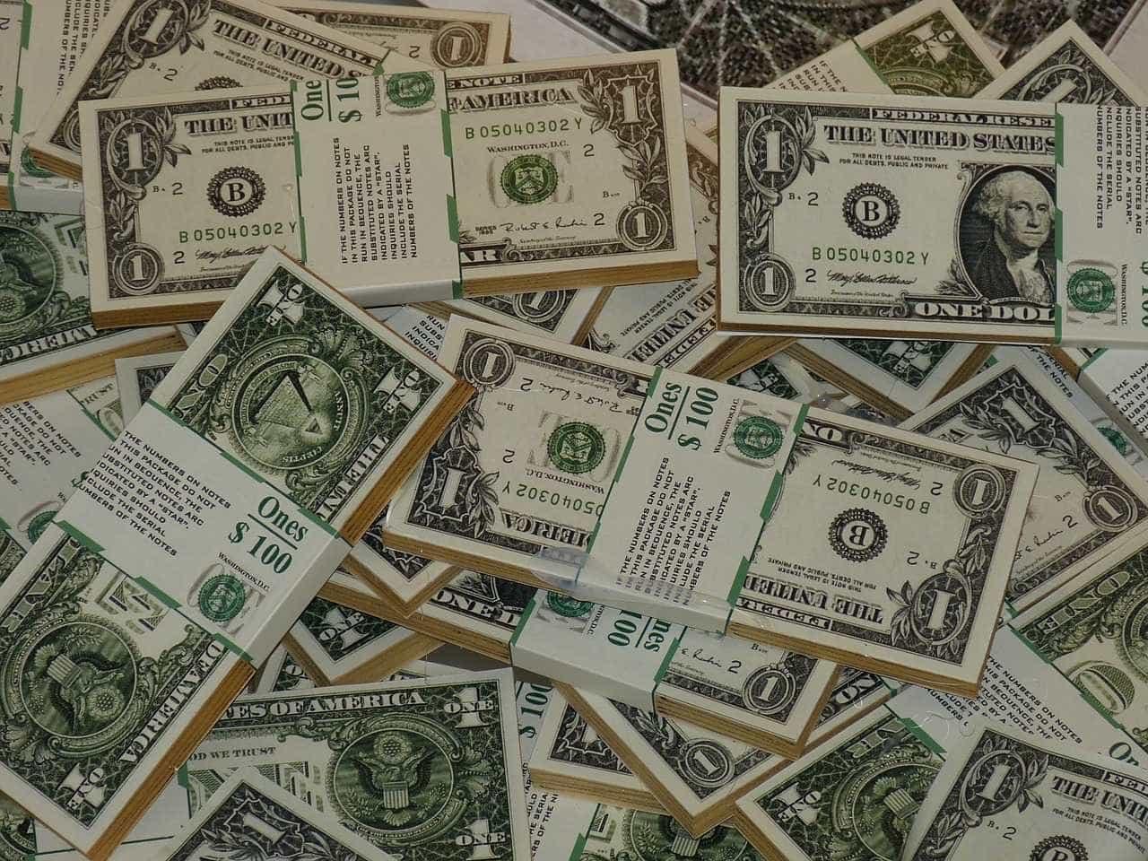 Instabilidade faz dólar bater R$ 3,77 e cessa negociações de títulos