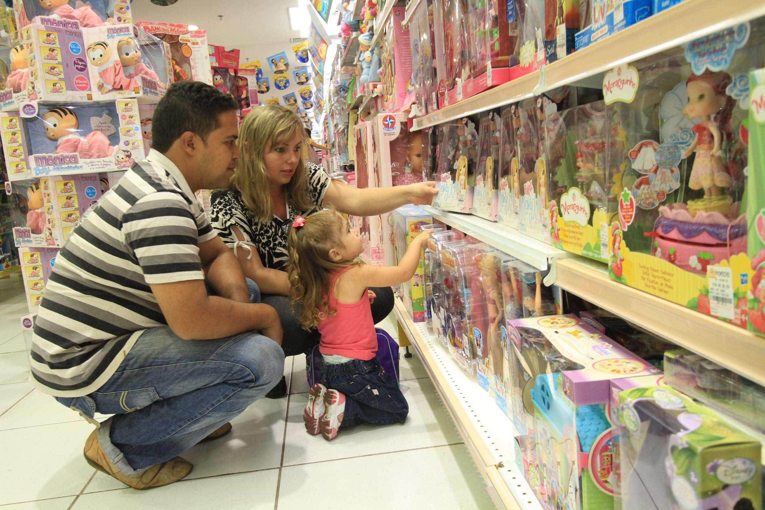 Pais resgatam brincadeiras antigas para ficar mais tempo com os filhos