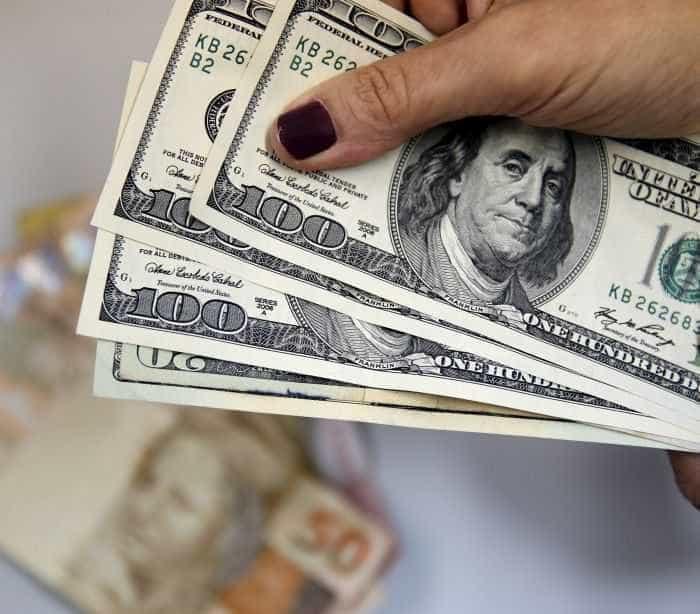 Dólar cai para R$ 3,46 com dados mais fracos de consumo nos EUA