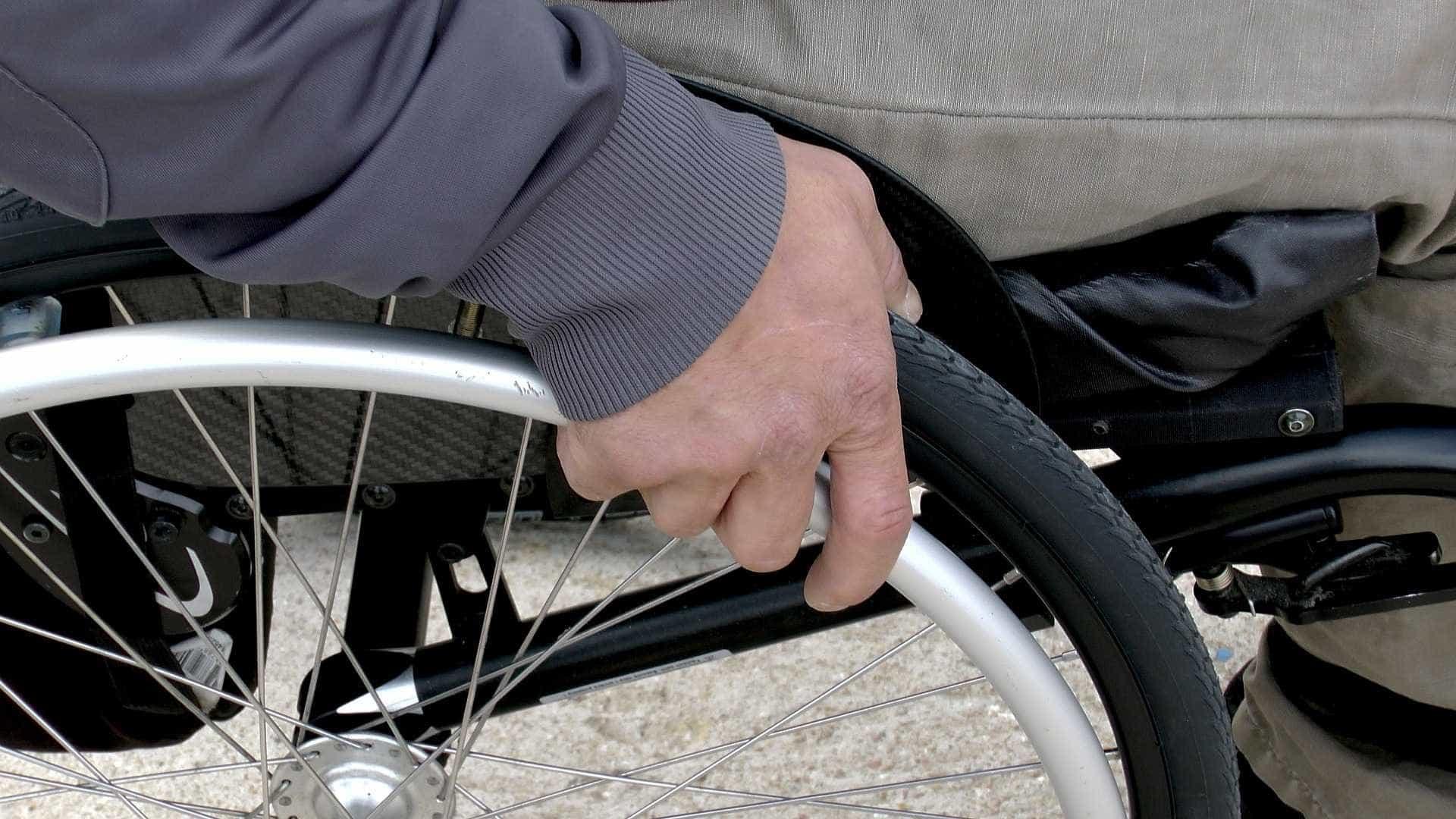 Cadeirante que tinha de se esconder para pegar ônibus será indenizado