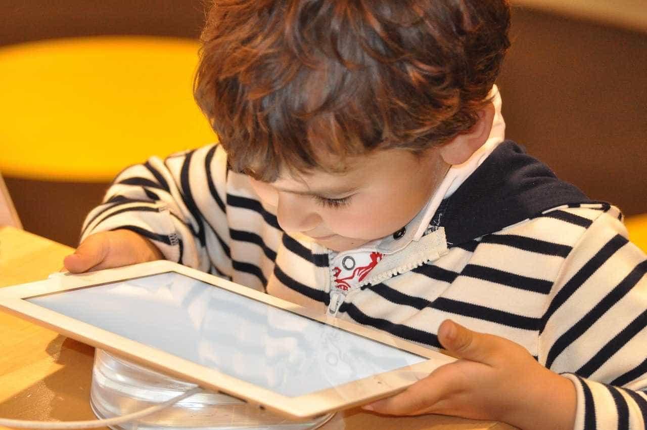 54% das crianças acima dos 2 anos já têm equipamentos eletrônicos
