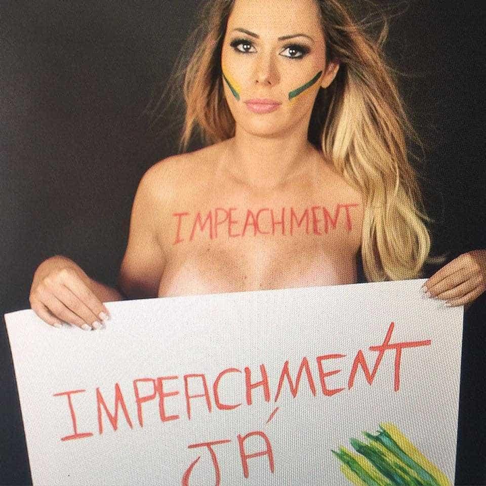Após greve de sexo, musa dos protestos fica nua e festeja impeachment