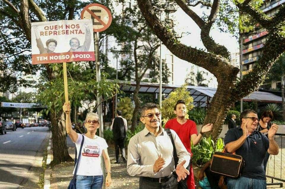Ato pró e contra impeachment acontece em hotel onde está Lula