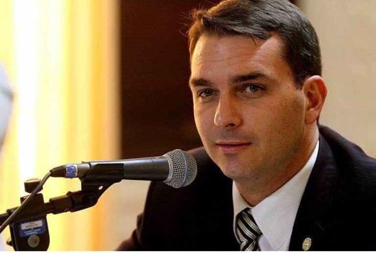 Flávio Bolsonaro: 'Se bandido der mole, eu largo o dedo mesmo'