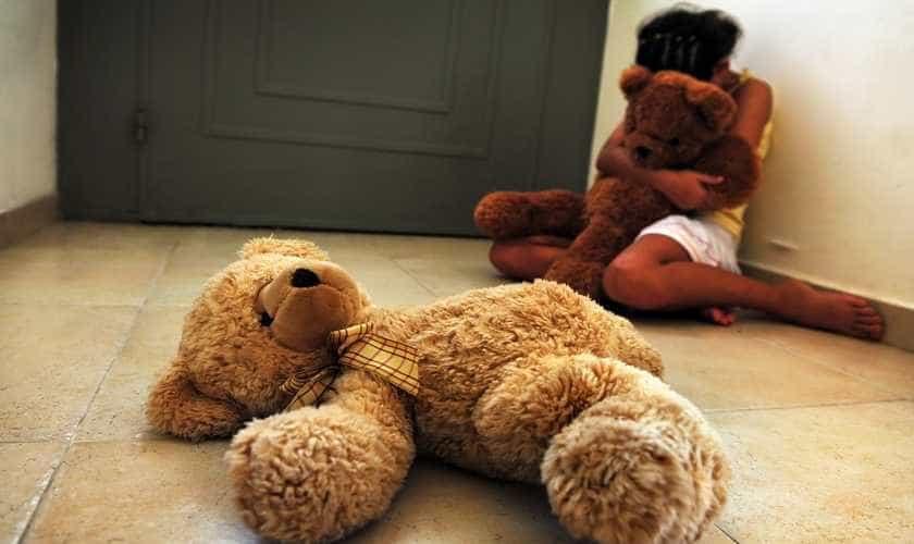 Mãe é presa em GO por ajudar namorado a abusar de filha de 6 anos