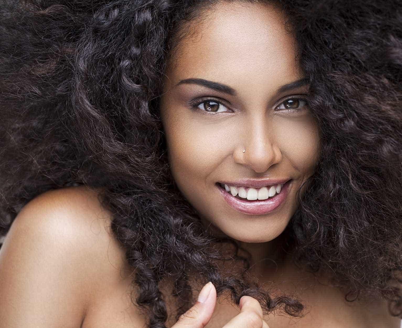 Saiba a rotina certa para evitar e tratar manchas na pele negra