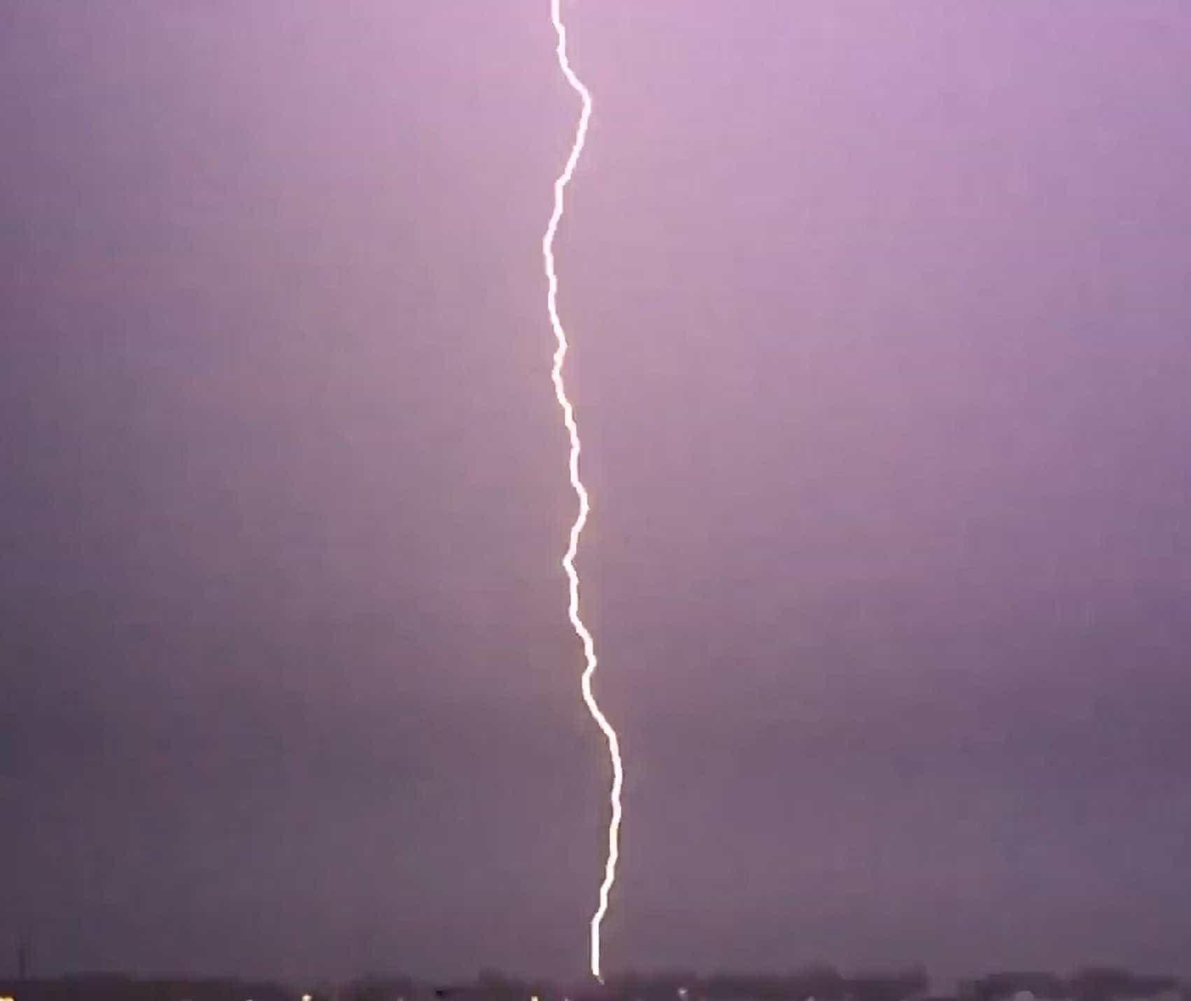Vídeo: casa é atingida por um raio na Flórida