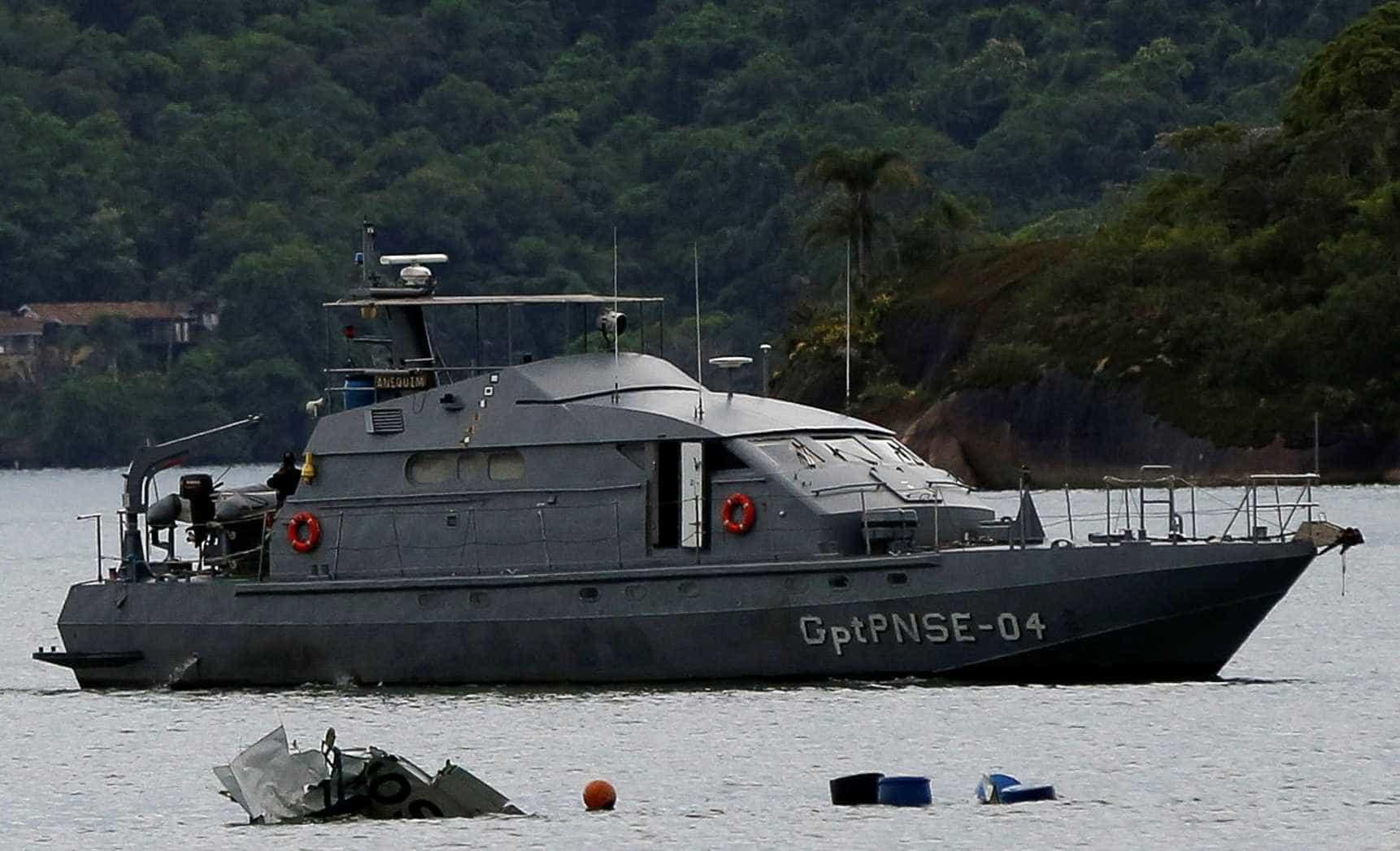 Retirada de avião do mar em Paraty será retomada neste domingo
