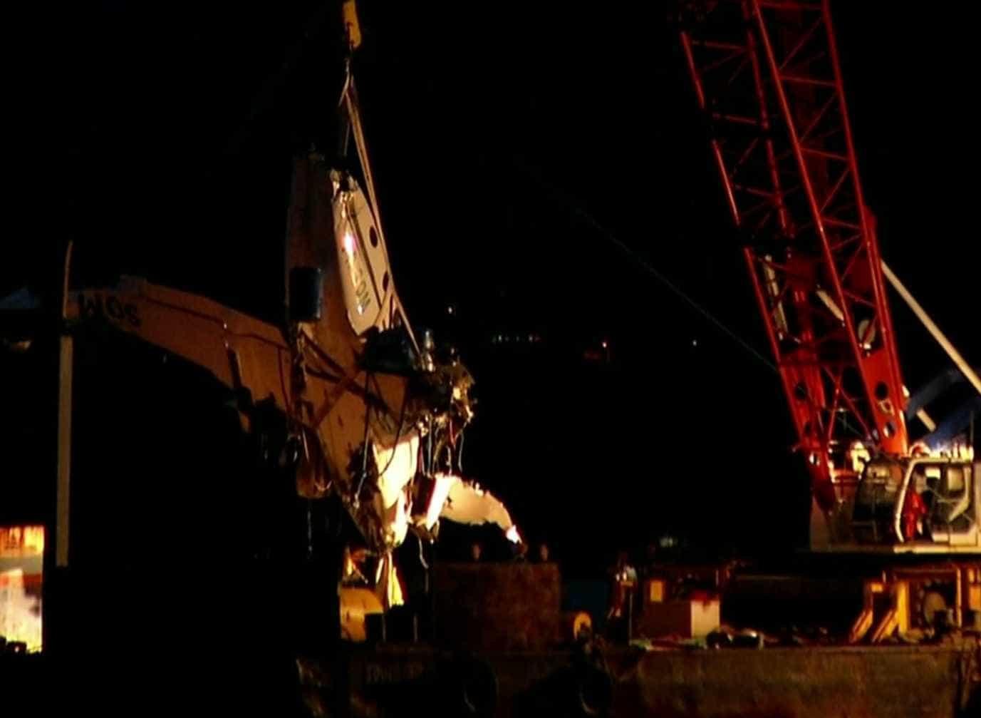 Destroços do avião que caiu com Teori no RJ são retirados do Mar