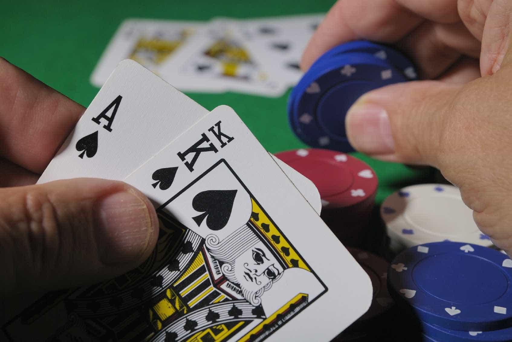 Acusado de matar namorada falta audiência para jogar pôker