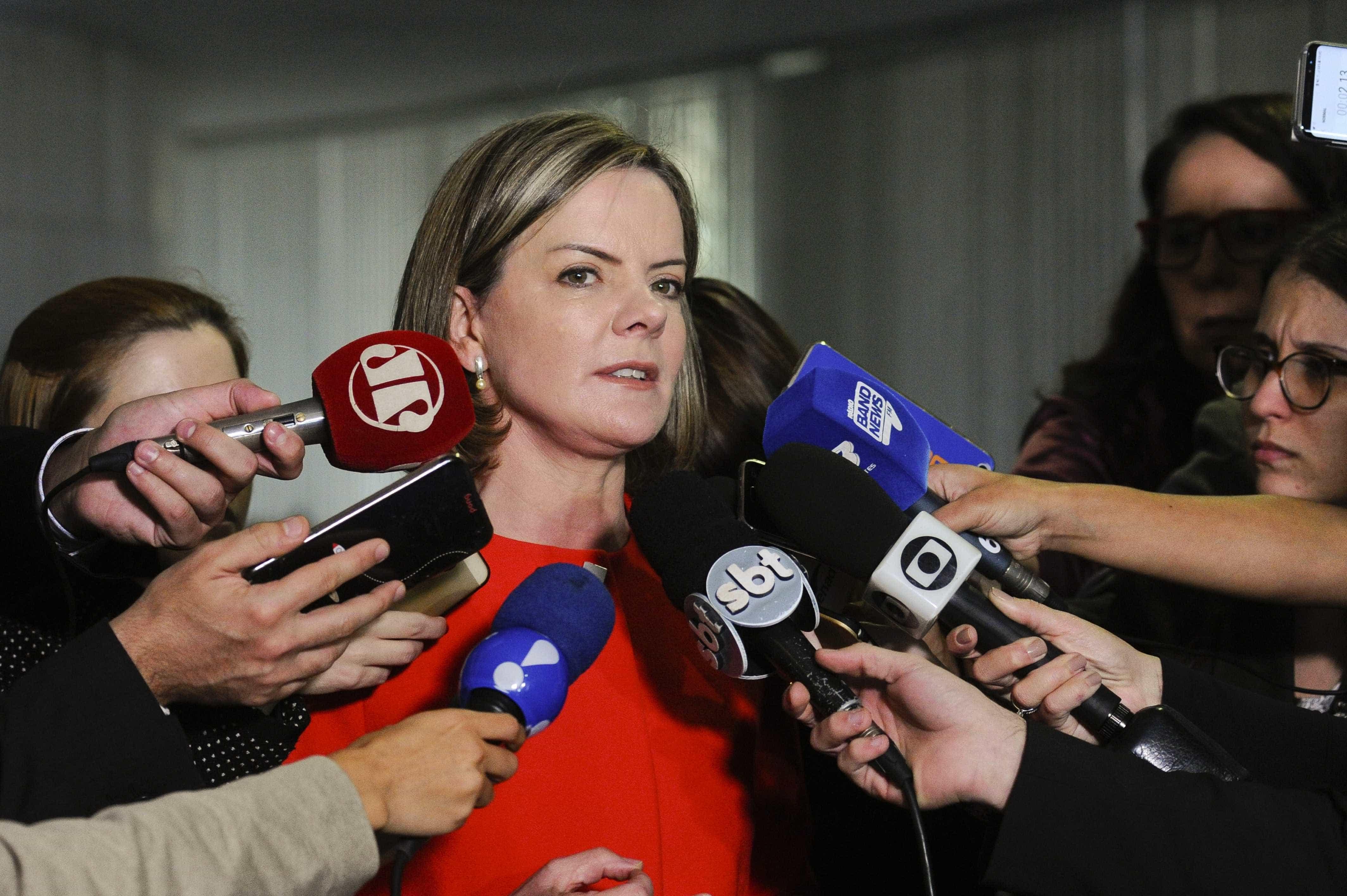 Gleisi volta a dizer que Lula sofre 'perseguição implacável'