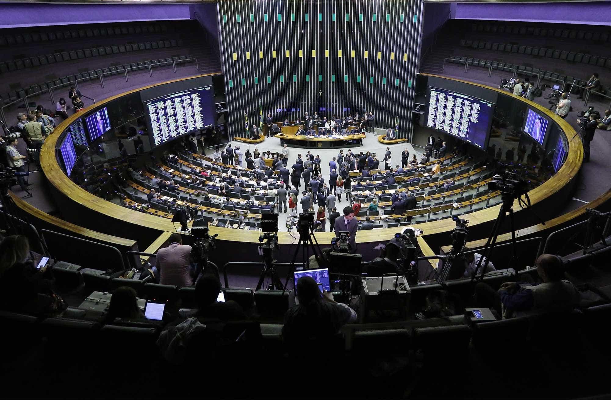 Câmara aprova PEC que tira poder do Executivo sobre Orçamento