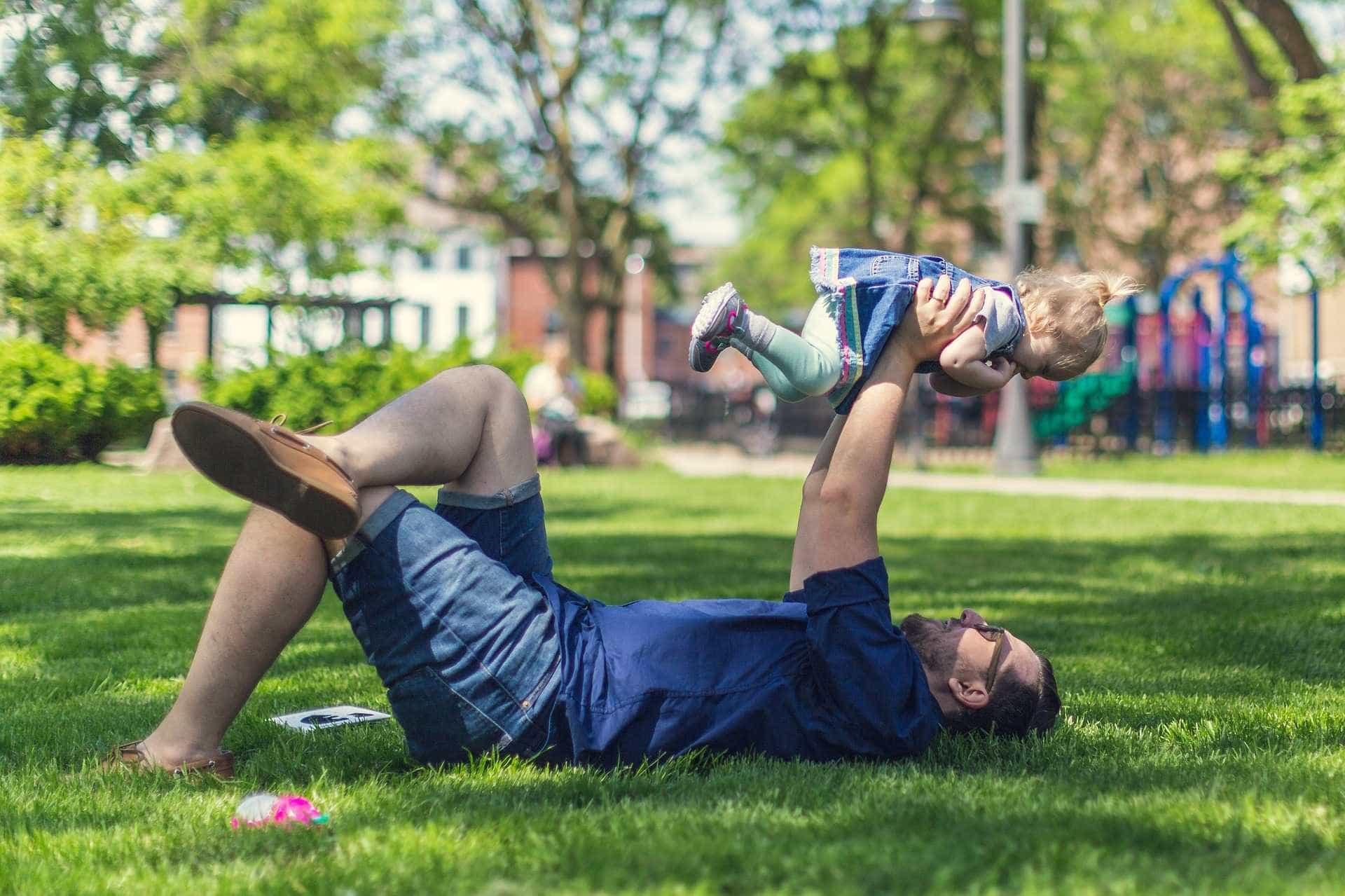 Homens adotantes podem receber salário-maternidade; entenda