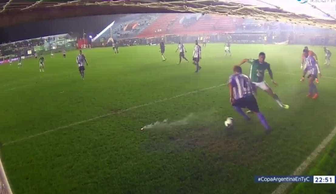 Zagueiro dribla dois rivais em frente ao gol e sai jogando com estilo