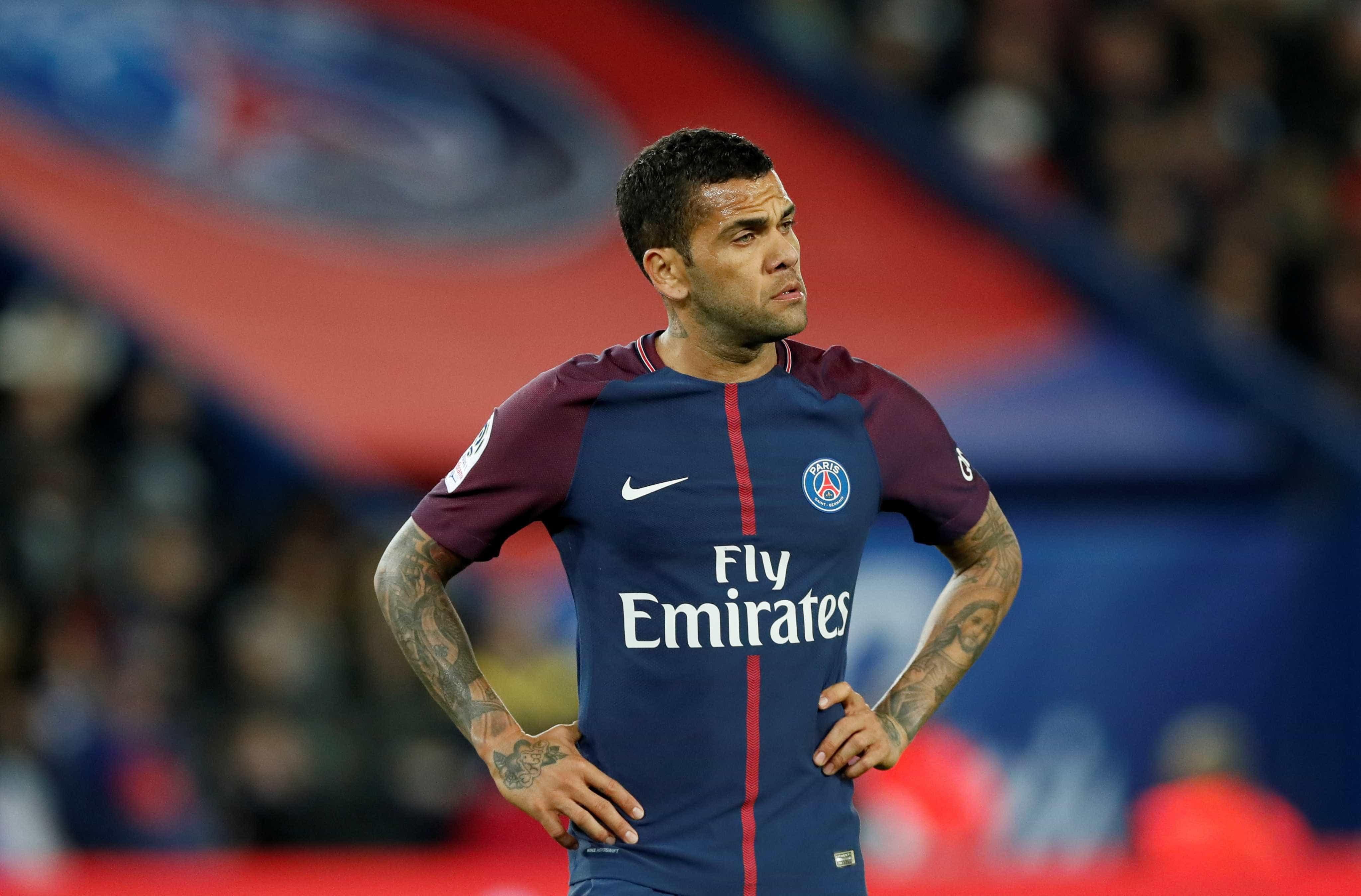 Daniel Alves negocia renovação de contrato com o PSG