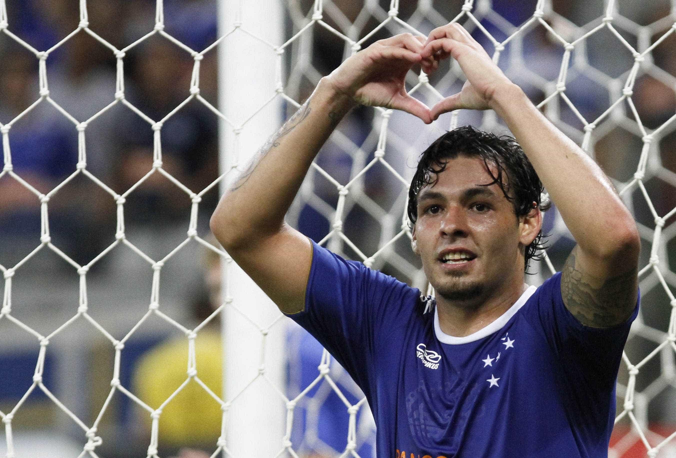 Palmeiras vê sinal positivo por Ricardo Goulart, mas adota cautela
