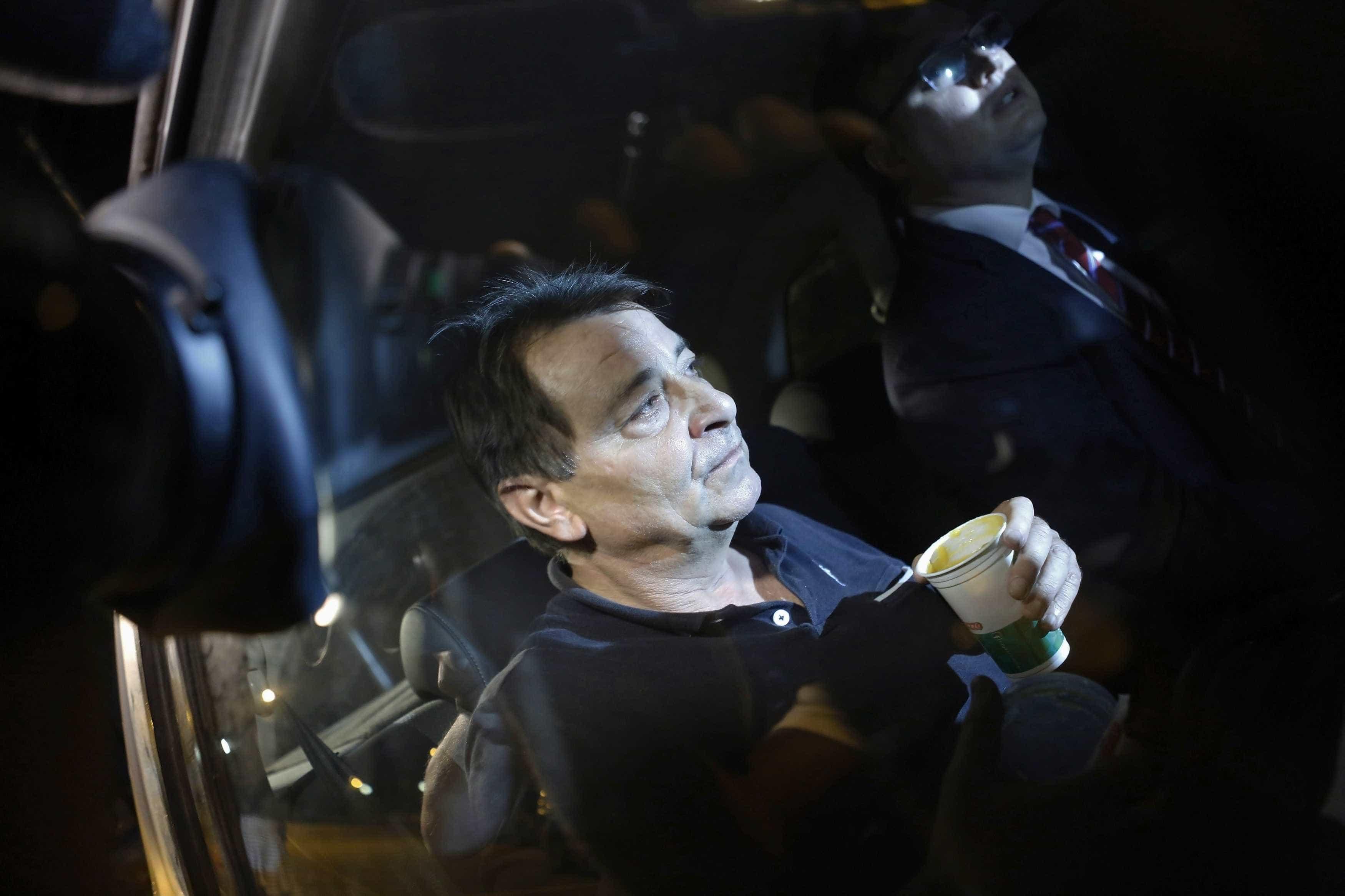 Polícia Federal divulga retratos com possíveis disfarces de Battisti