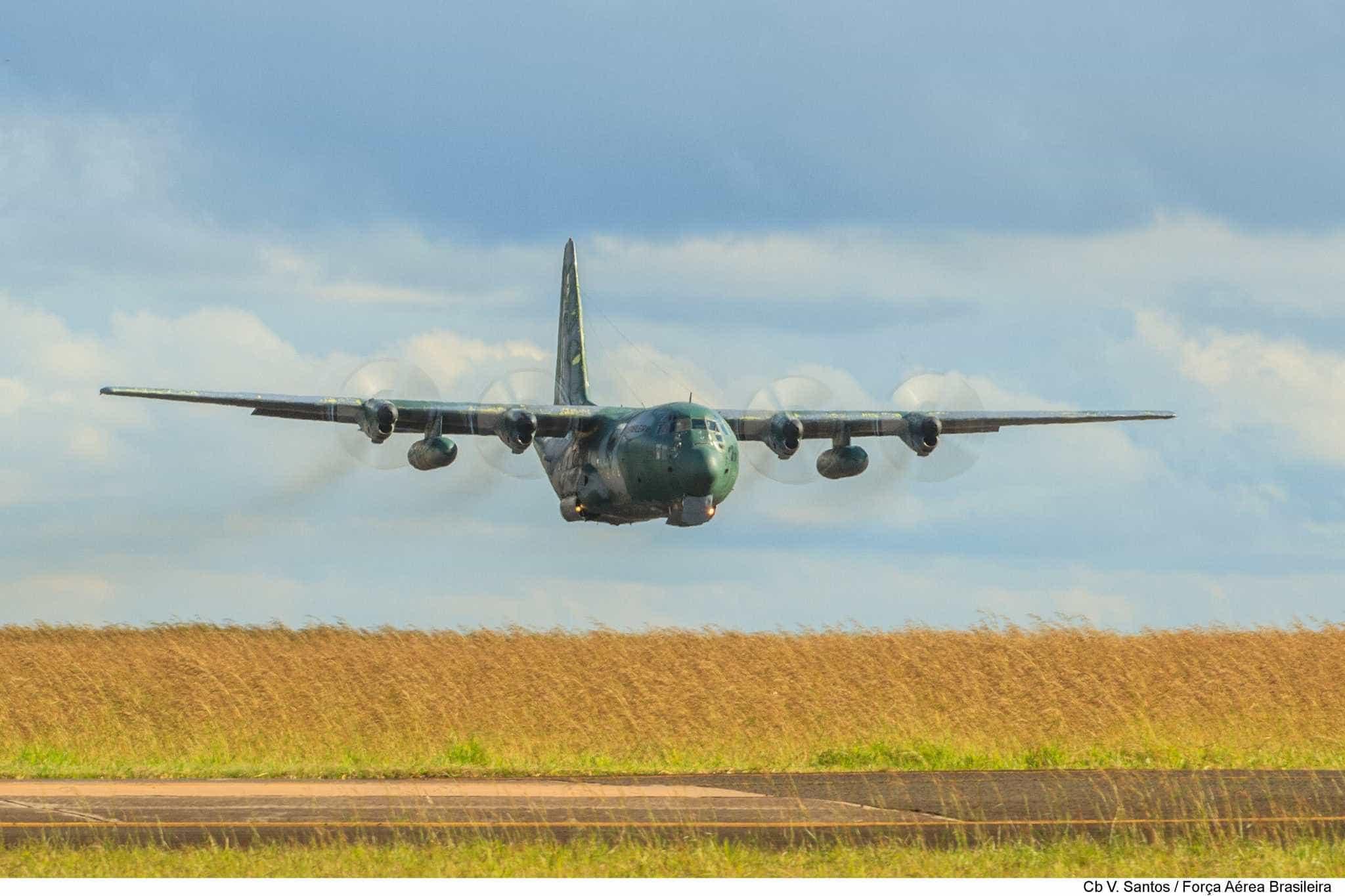 Avião da FAB com 70 militares a bordo sofre pane e volta a Brasília