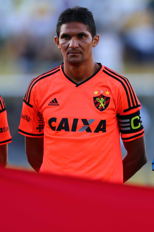 Aos 38 anos, Durval adia decisão sobre se aposentar do futebol