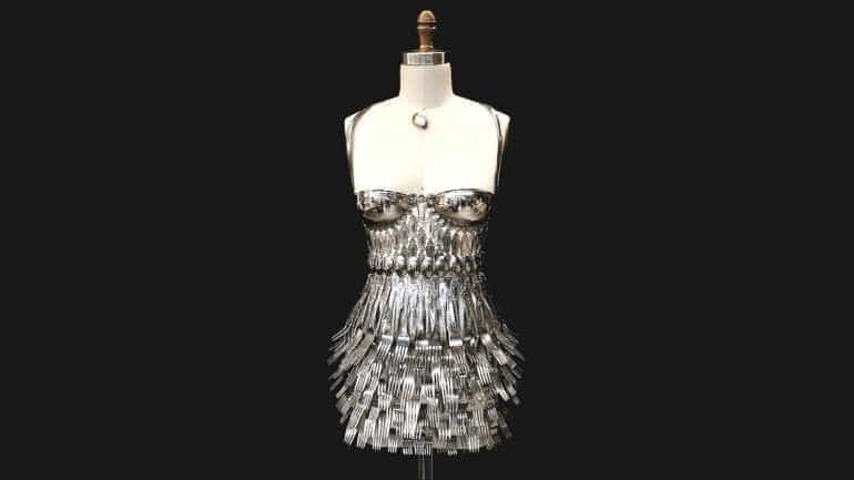 Vestido feito de talheres é atração em Nova York