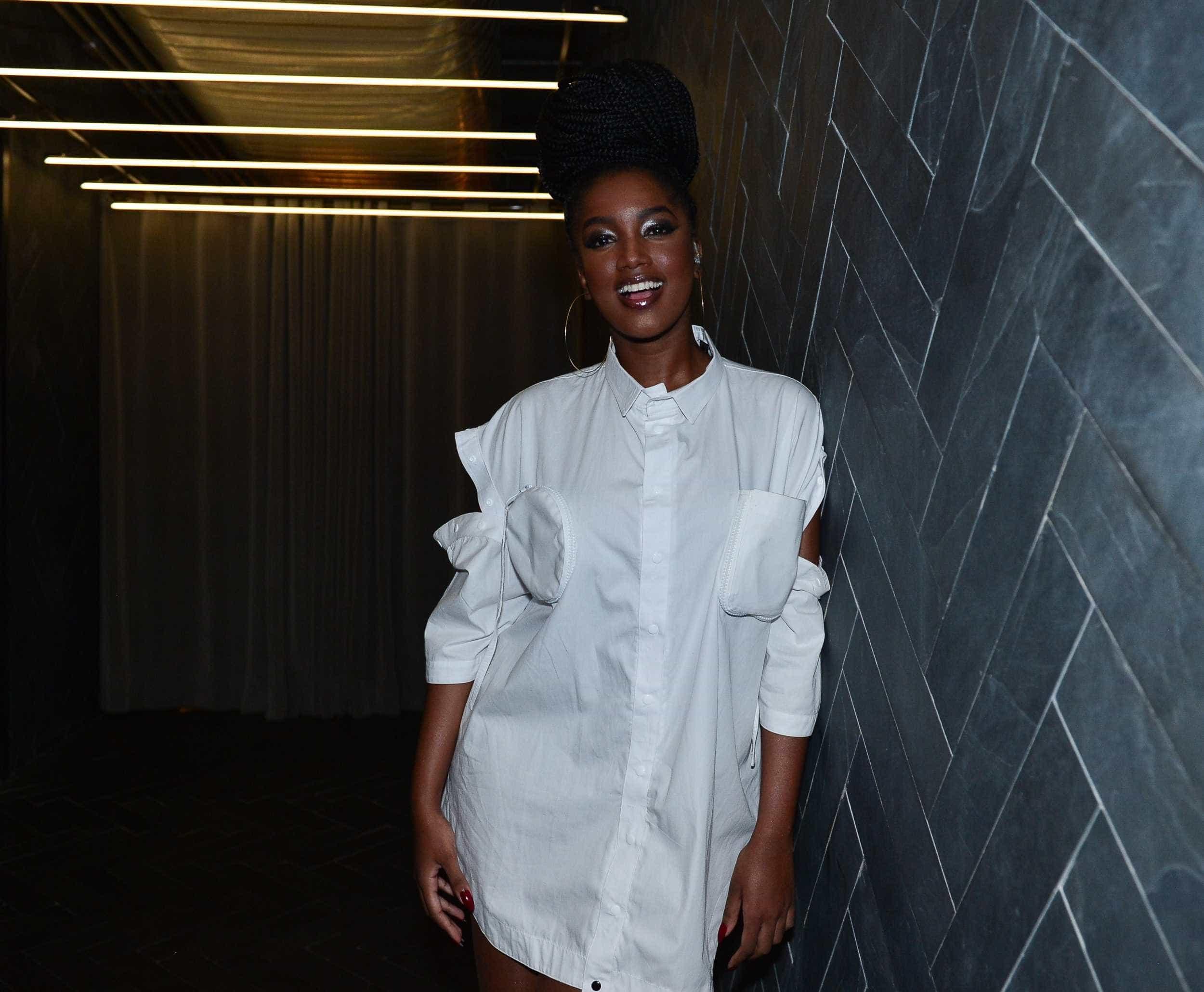 'Alisava o cabelo porque tinha medo de ser eu', diz Iza sobre aceitação