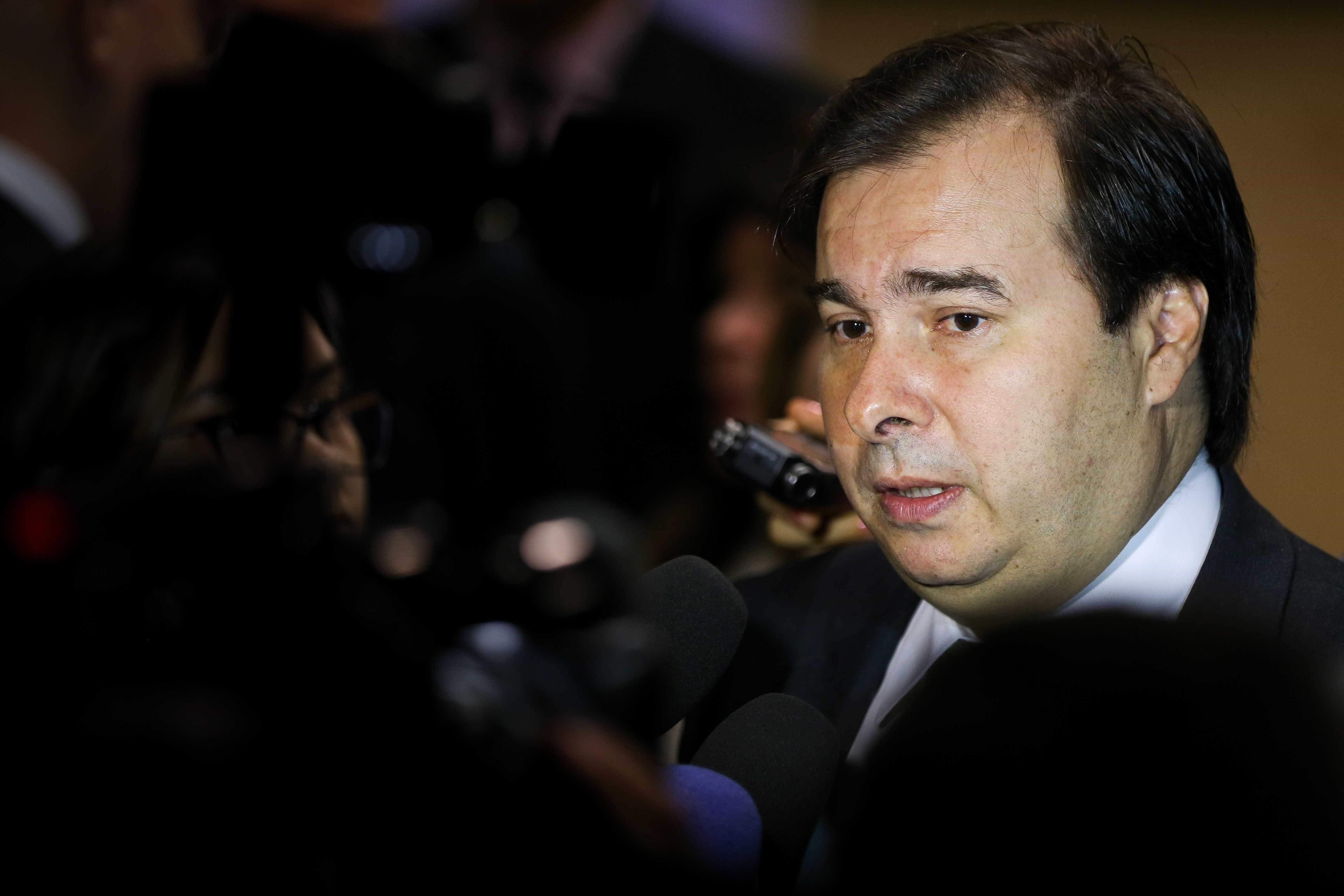 Centrão revê apoio a reeleição de Maia após ministérios dados ao DEM