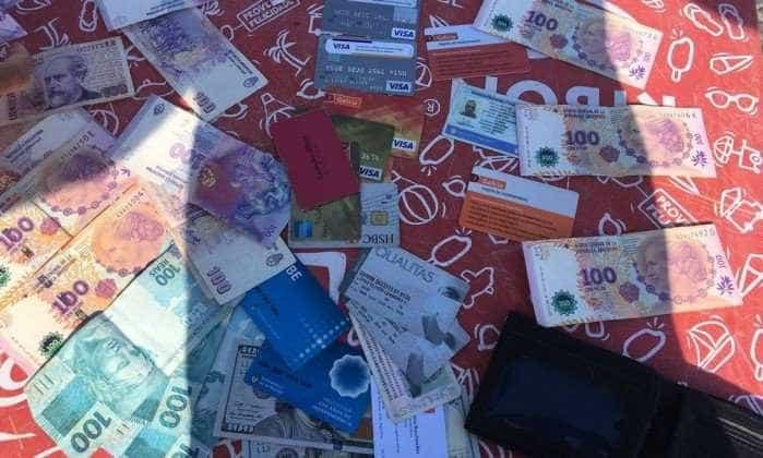 Homem encontra carteira com mais de R$ 5 mil e devolve para dono no RJ