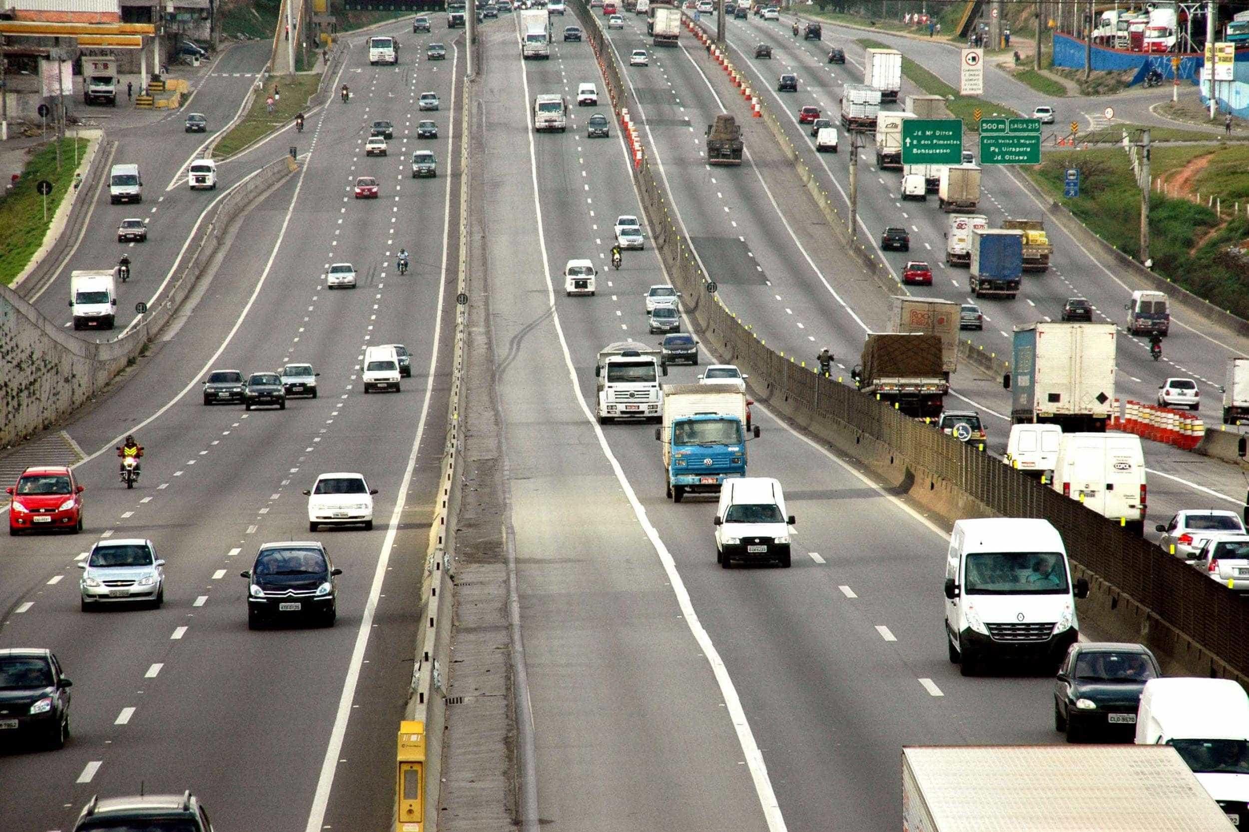 Suspeitos de arrastão em ônibus levam até tênis de passageiros