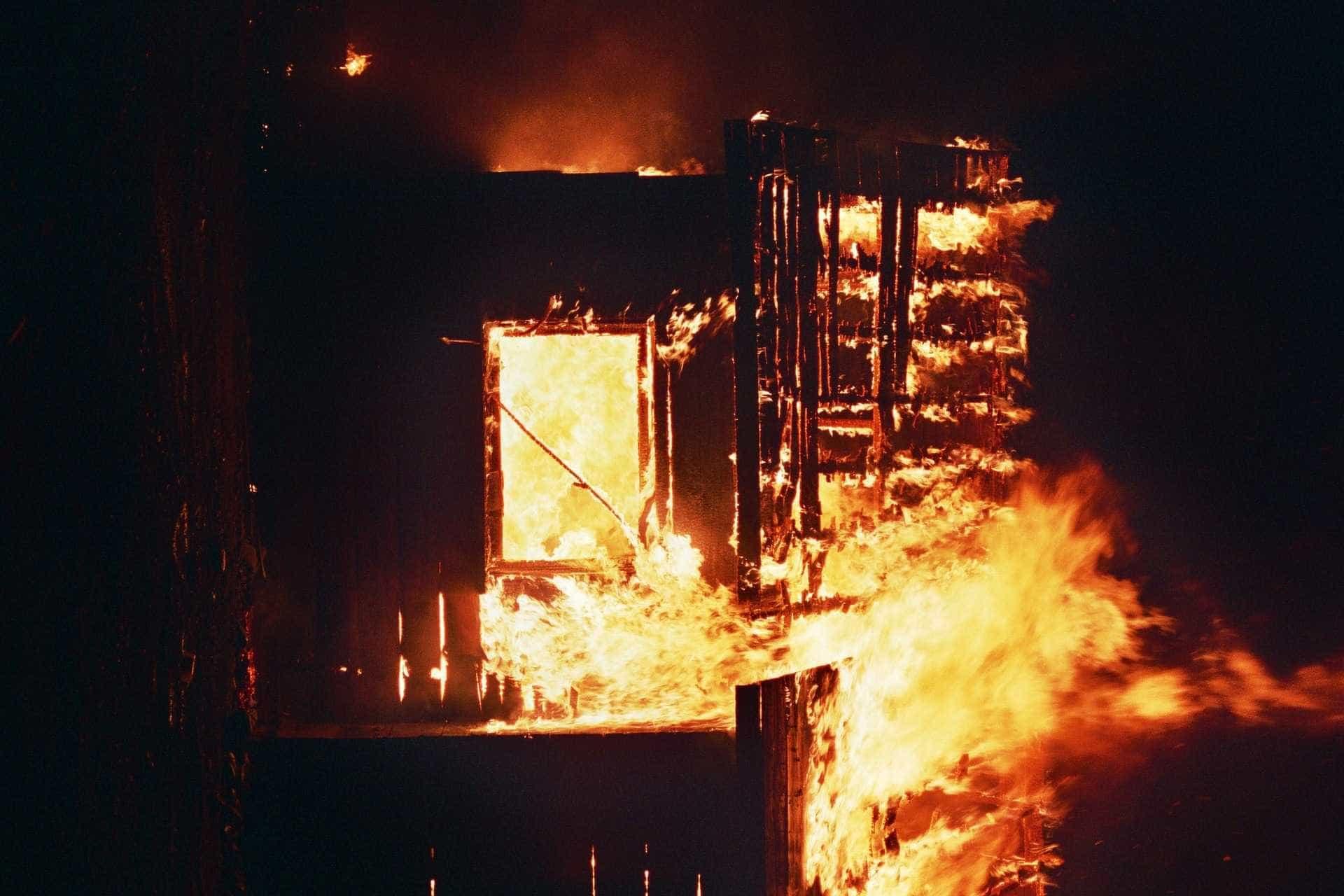 Incêndio atinge cinco casas e deixa um morto em São Paulo