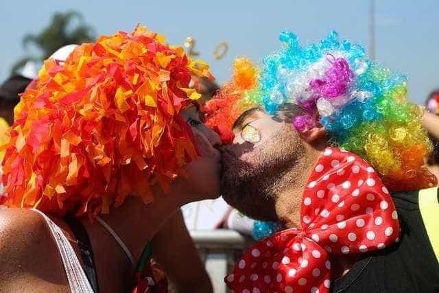 Foliões se jogam no carnaval de rua do Rio neste domingo
