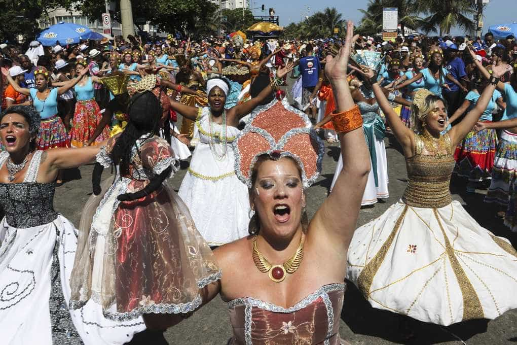 Rio Maracatu leva cultura pernambucana à praia de Ipanema