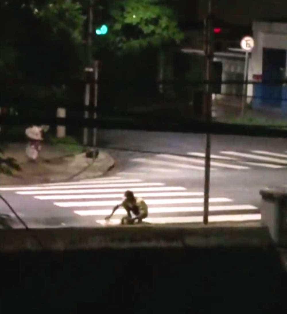Morador de rua é flagrado limpando bueiros para evitar enchentes em SP