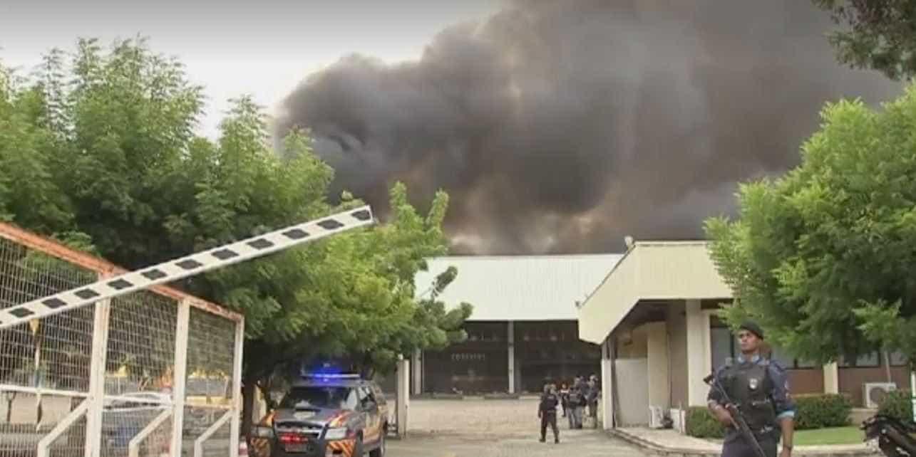 Incêndio destrói centro de distribuição dos Correios em Fortaleza
