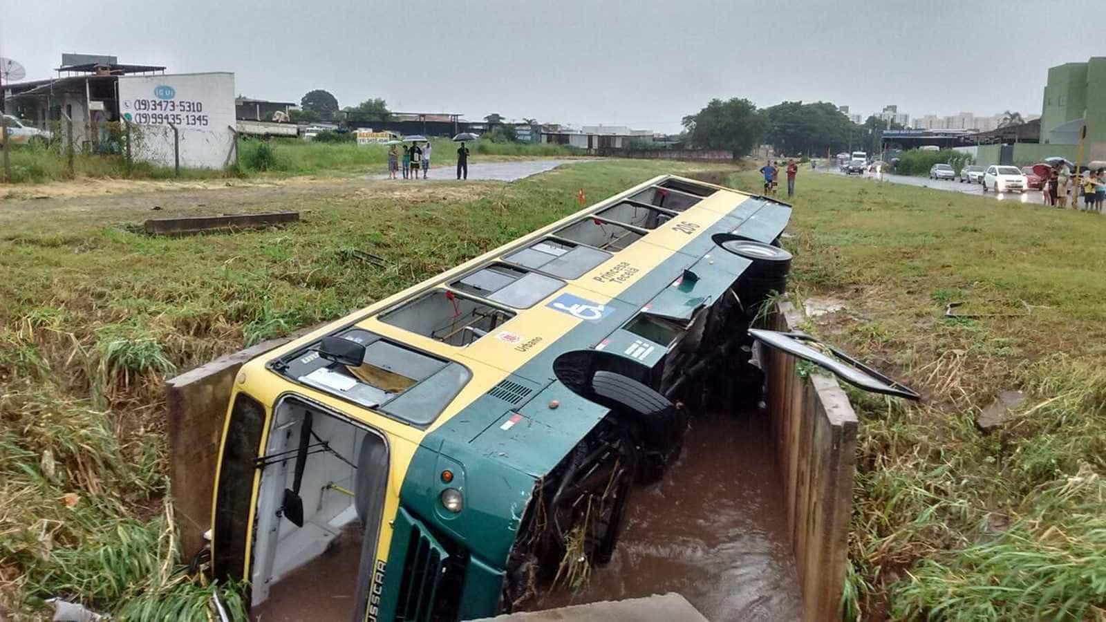 Ônibus com 15 pessoas é arrastado a córrego durante alagamento