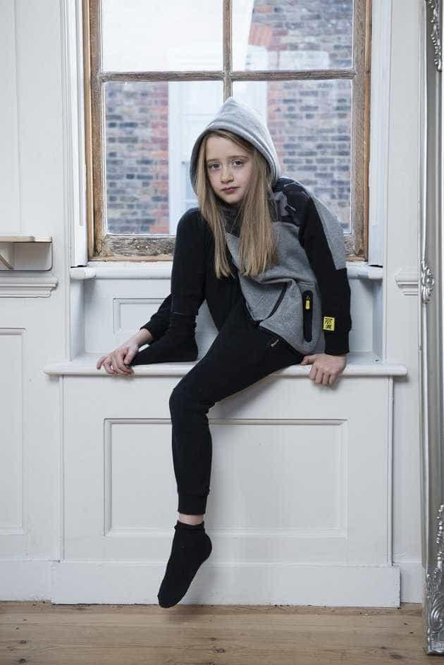 Menina de 7 anos se oferece para ser modelo de coleção masculina