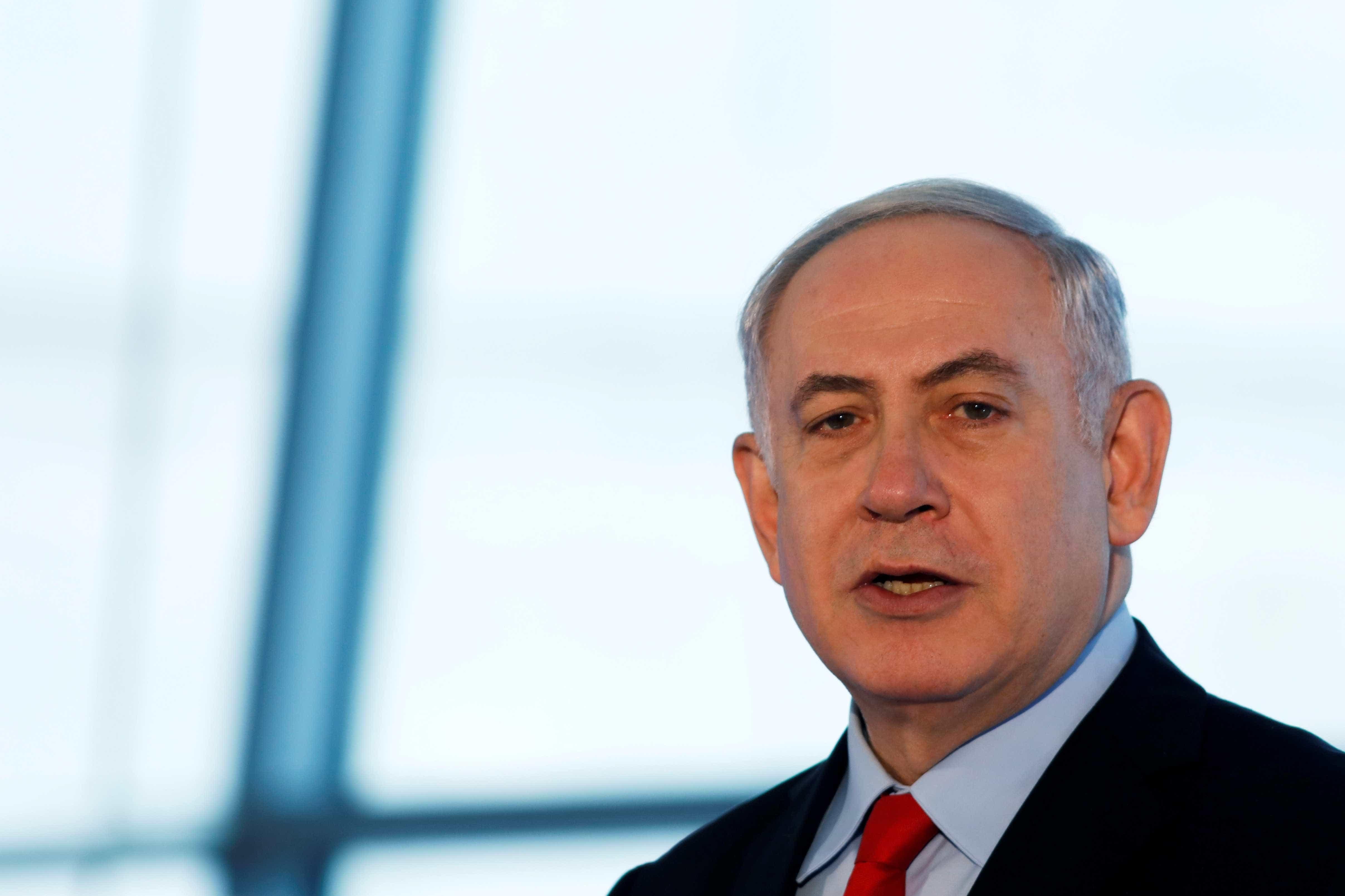 Premier de Israel exibe pedaço de drone para criticar Irã