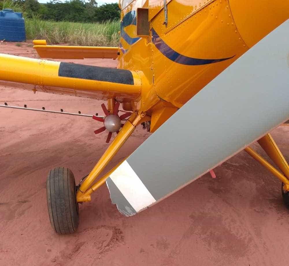 Avião agrícola faz rasante sobre carro e 'rasga' lataria em Assis
