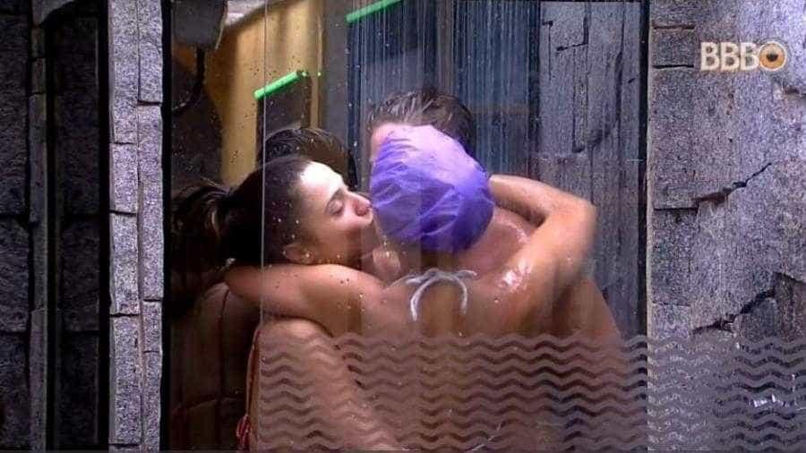 'Festa funk' no 'BBB 18' rendeu até beijo triplo