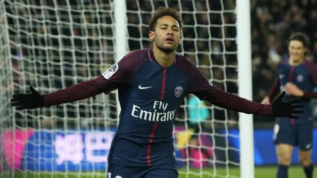 77b68a8866 Neymar entre em campo pelo PSG com  Bruna M.  na chuteira  veja