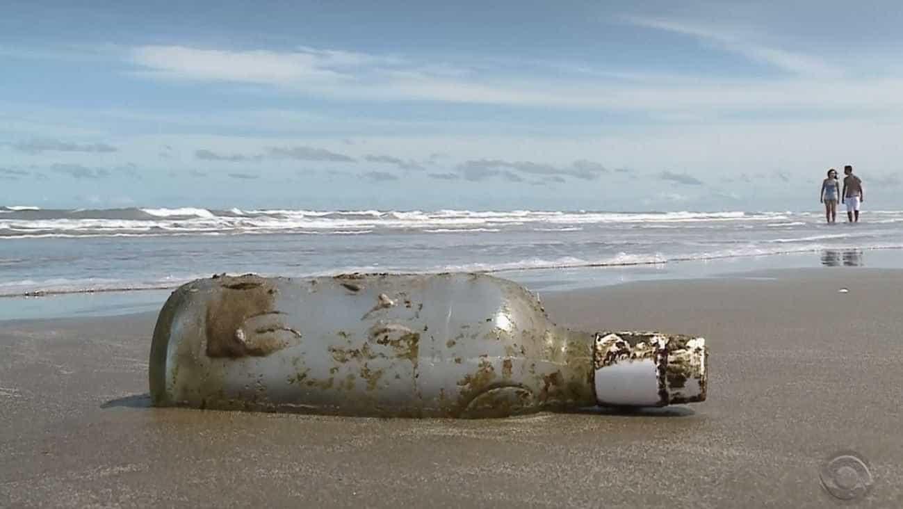Garrafa com carta jogada no mar por velejador é achada em praia no RS