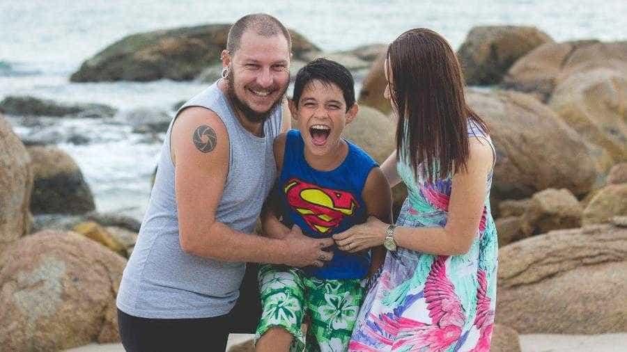'Nosso bebê nasceu com 1,44m e 10 anos', diz pai em anúncio comovente
