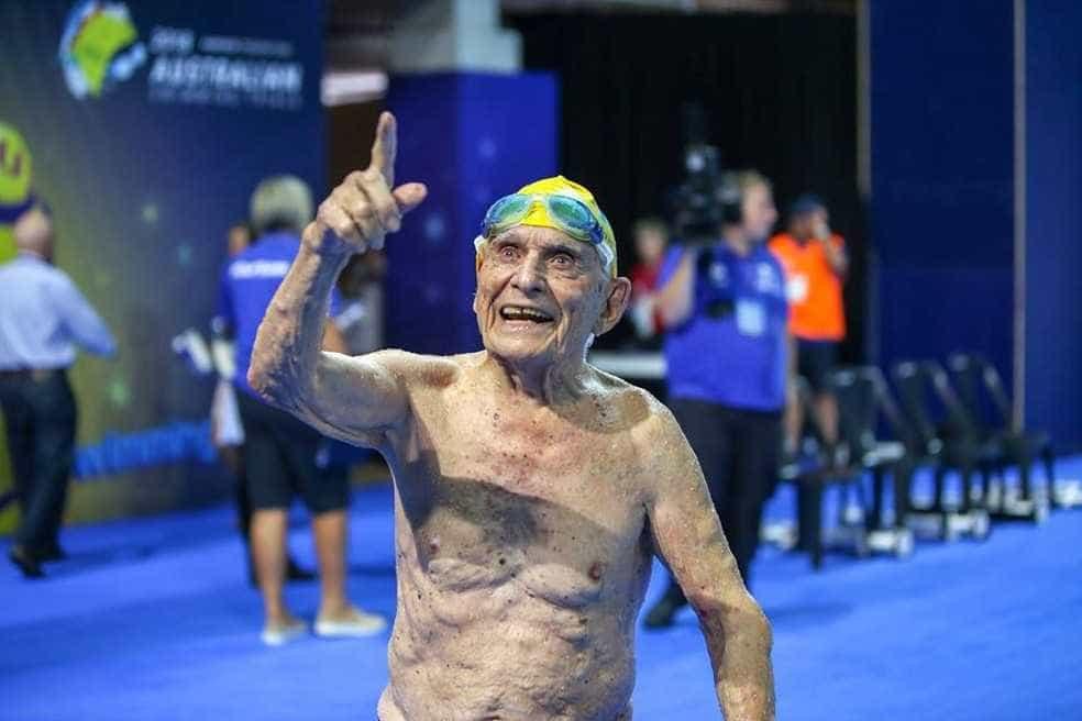 Atleta de 99 anos nada 50m em menos de um minuto e bate recorde