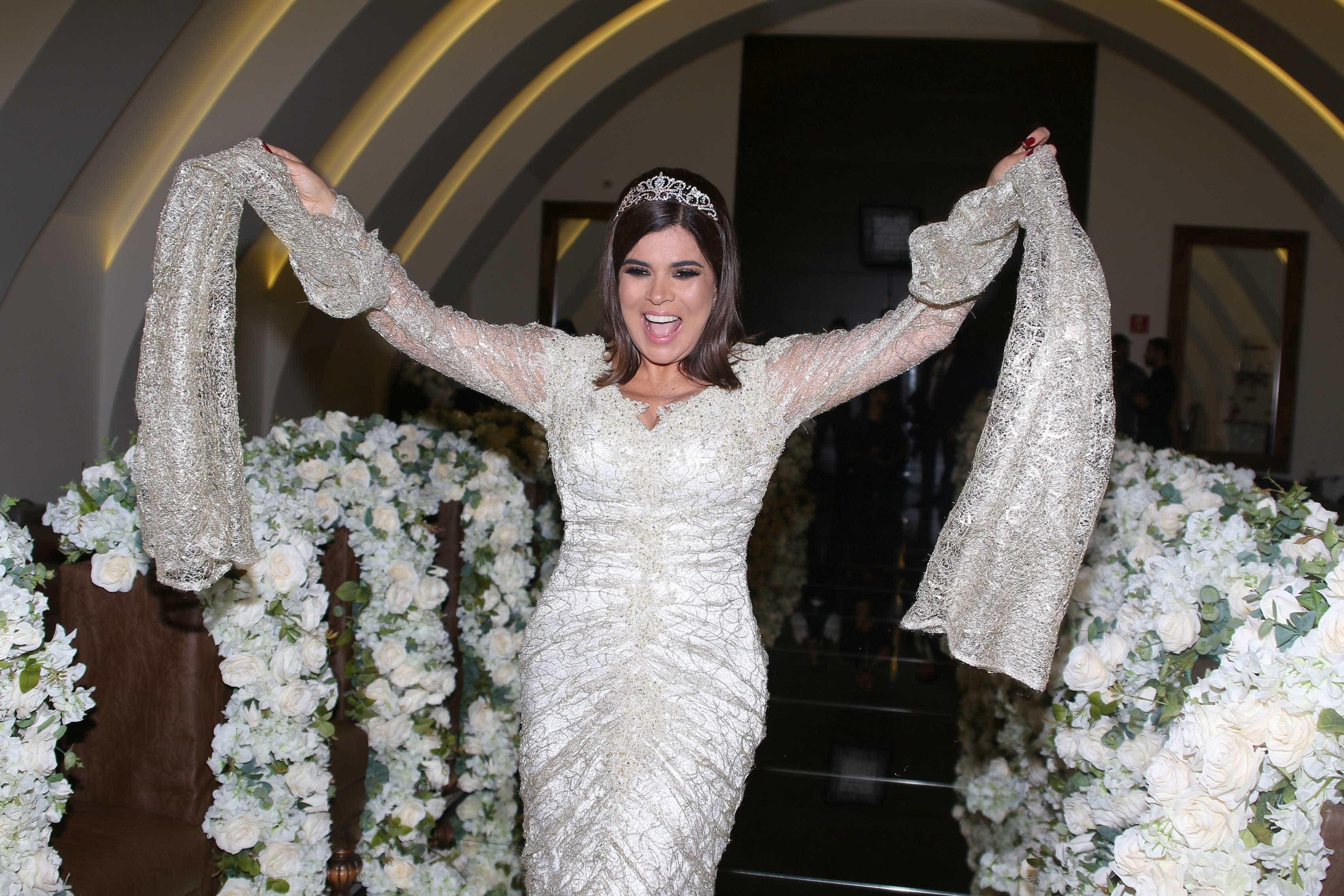 Mara Maravilha comemora aniversário vestida de noiva