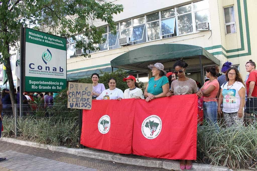 No Dia da Mulher, marcha protesta em frente ao Tribunal da Lava Jato