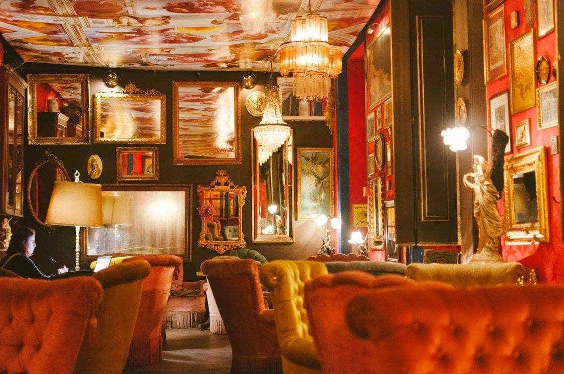 Um dos bares mais badalados de Lisboa é um antigo bordel
